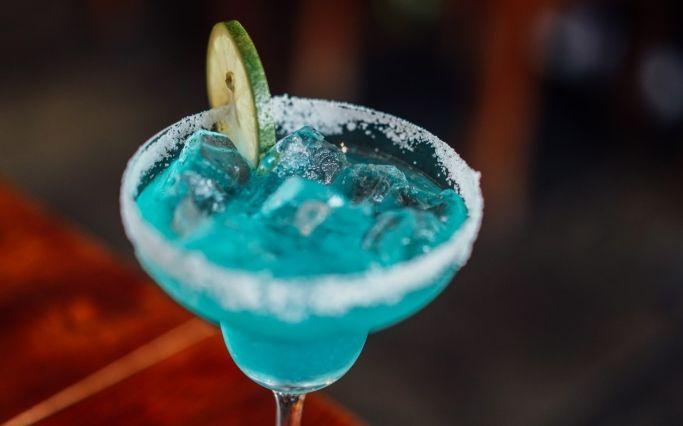 Cóctel Margarita Azul con Curaçao en vez de tequila.