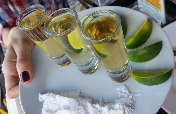 Tequila con sal y limón servidos en caballitos para beber de un golpe