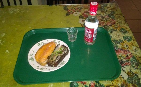 Típico menú ruso con su indispensable botellita de Vodka. Dieta blanda.