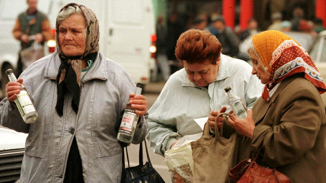 """Señoras rusas surtiéndose de """"agüita"""" o """"vodka"""" para sobrellevar el día."""